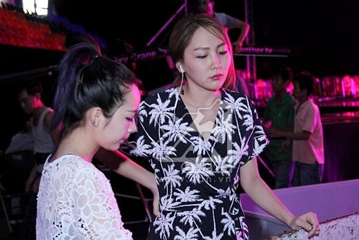 Hai thí sinh cũng tranh thủ luyện thanh trước khi tổng duyệt chương trình. - Tin sao Viet - Tin tuc sao Viet - Scandal sao Viet - Tin tuc cua Sao - Tin cua Sao