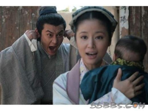 Lục Nghị trêu chọc em bé trong tay Lâm Tâm Như.