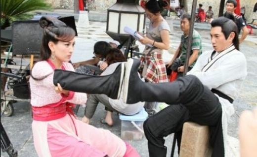 Cảnh đấu tay đôi trên phim trường Bạch Phát ma nữ của Mã Tô và Ngô Kỳ Long.