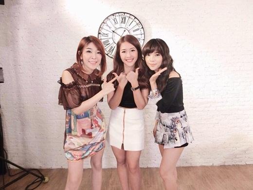 Khả Ngân chụp hình thân thiết bên hai hot girl đình đám Thái Lan.
