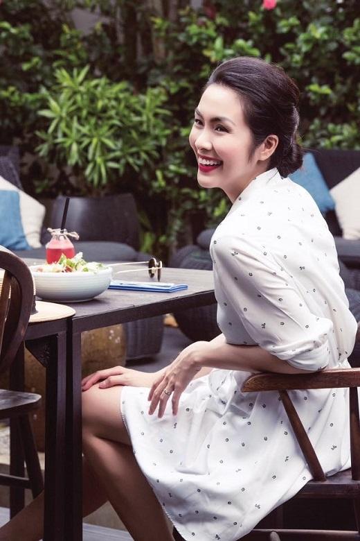 Ngọc nữ Hà Tăng dịu dàng trong chiếc đầm trắng họa tiết nhỏ tính tế. Chẳng ai có thể tin nổi Tăng Thanh Hà đã là bà mẹ một con.