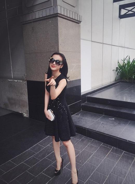 Bộ cánh sang trọng của thương hiệu danh tiếng Dolce & Gabbana được Angela Phương Trinh trưng dụng khi đi dạo phố.