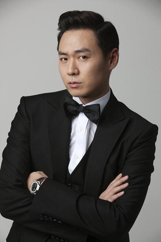 Khán giả đã quá quen với hình ảnh của Yun Jung Hooncùng những vai diễn chàng trai tốt bụng trongCan Love Become Money hay một ma cà rồng luôn chống lại cái ác trong Vampire Prosecutor.Với khả năng diễn xuất tuyệt vời này, ai cũng phải bất ngờ vì anh có thể nhập vai nhân vật phản diện đầy mưu mô và đen tối trong bộ phim Mask.