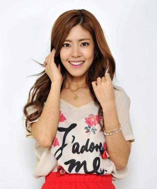 Lee Yoon Ji luôn khiến khán giả phải bất ngờ với những vai diễn mà cô thể hiện. Sẽ không ai có thể nghĩ rằng cô trưởng phòng cá tính mạnh mẽ trong Ex Girlfriend Club lại chính là cô công chúa trầm tính, hiểu chuyện trong Goong hay cô giáo hết lòng vì học sinh trong Dream High.