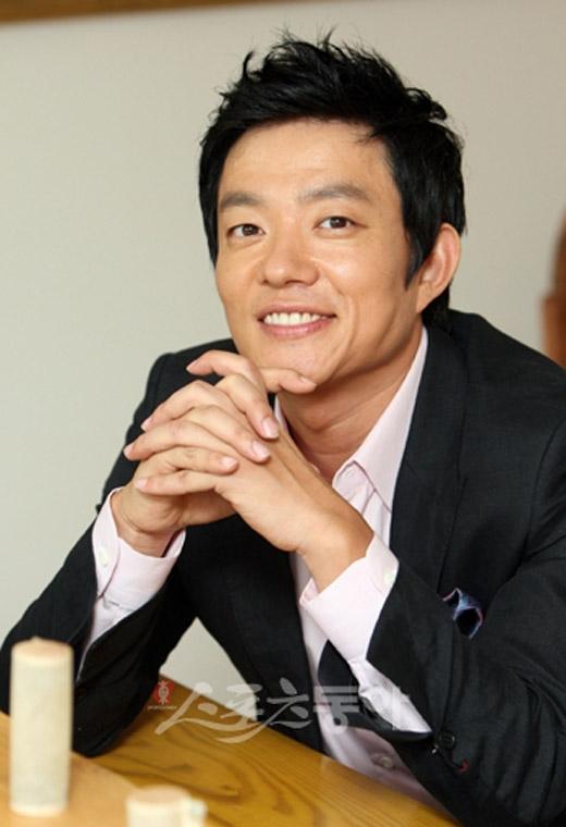 Nói về khả năng diễn xuất đa dạng thì không thể không kể đến nam diễn viên Lee Bum Soo. Đã có lần anh khiến khán giả không thể nào vừa mắt được với nhân vật phản diện trong bộ phim Last, nhưng lại có thể khiến khán giả cười ngất trước những vai diễn trong các bộ phim hài lãng mạn khác.