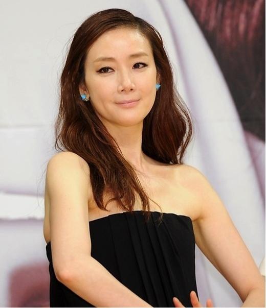 Nhiều năm trước, khi nhắc đến Choi Ji Woo, khán giả sẽ nhớ ngay đến biệt danh nữ hoàng nước mắt. Thế nhưng trong những năm gần đây, Choi Ji Woo đã khiến khán giả bất ngờ khi không ít lần thử thách ở nhiều vai diễn khác nhau, từ người giúp việc lạnh lùng và bí ẩn, tới một quý cô vì yêu mà bất chấp tất cả, và sắp tới đây, cô sẽ tham gia vào một bộ phim hài lãng mạn của đài tvN.