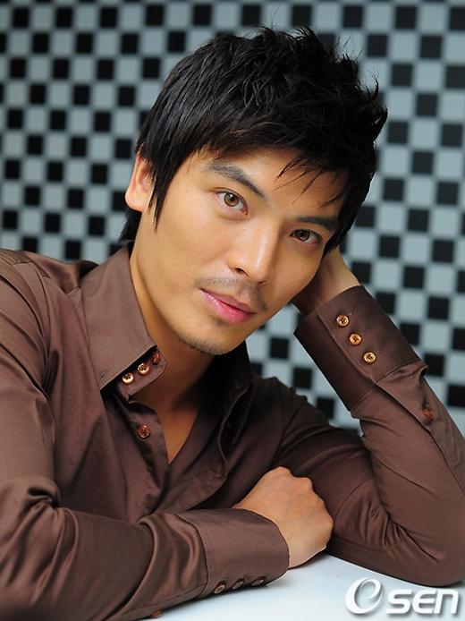 Kim Sung Oh đã khiến khán giả phải sợ hãi khi thủ vai kẻ ác trong bộ phim điện ảnh A Man From Nowhere. Chưa ngừng ở đó, anh cònkhiến khán giả phải cười ngất với vai anh chàng thư kí đáng yêu trong Secret Garden hay vị trưởng thôn đơn thuần chất phát trong Warm And Cozy.