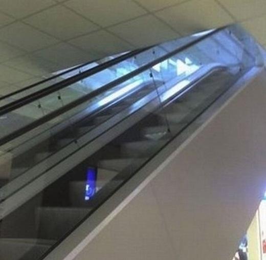 Đi thang máy nhưng cũng phải cẩn thận kẻo u đầu nhé.