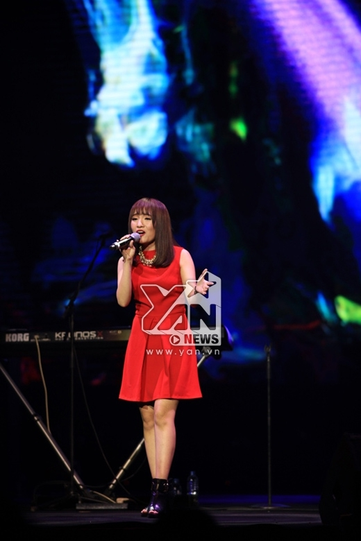 Cô đã hoàn thành xuất sắc phần mở màn cho đêm diễn của nhóm nhạc huyền thoại thế giới.