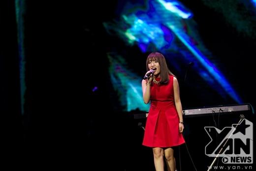 Nhật Thủy xinh đẹp trong chiếc váy đỏ đơn giản nhưng giọng hát không hề đơn giản chút nào.