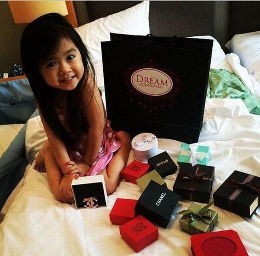 Cô bé Breanna Youn nổi tiếng với những chuyến du lịch nước ngoài, ngồi máy bay hạng thương gia, ở khách sạn 5 sao, xe limo và xài hàng hiệu. Bé là con của một đại gia Philippines.