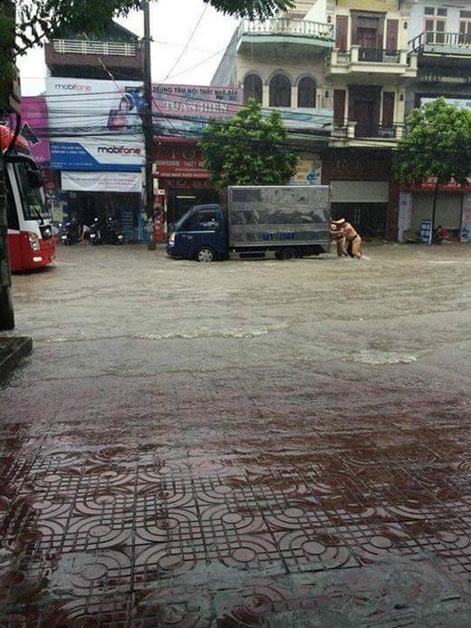 Quảng Ninh: Mưa lũ kinh hoàng, đường biến thành sông
