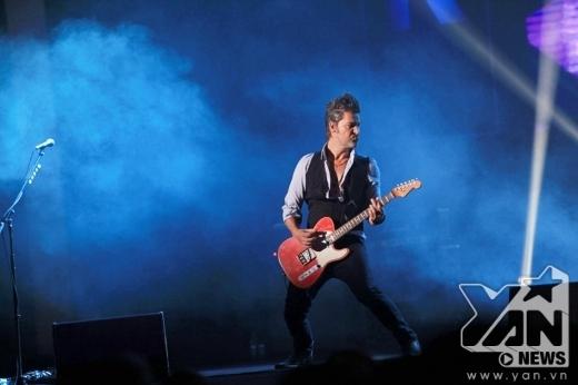 Mikkel Lentz đầy máu lửa bên cây guitar quen thuộc.