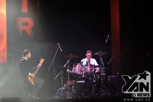 MLTR trình diễn một bản Medley với phần solo của guitar Mikkel, sau đó là các ca khúc Hot to Handle, Animals.