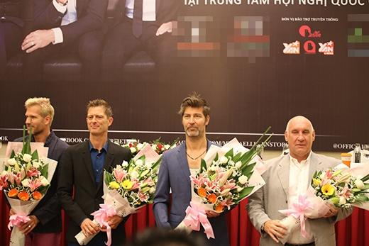 Ba thành viên nhận hoa từ ban tổ chức chương trình.