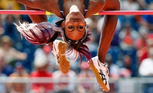 Vận động viên Priscilla Frederick của quốc đảo Antigua và Barbuda đang vượt qua sào ở vòng thi cuối, trong ngày thi đấu thứ 12 của Thế vận hội Pan Am Games(diễn ra ởToronto, Canada).