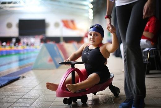 Vận động viên Joana Maria Silva đang rời khỏi hồ bơi sau khi hoàn thành đường bơi ếch 50m tại Giải vô địch bơi lội thế giới IPC diễn ra ở Glasgow, Scotland.