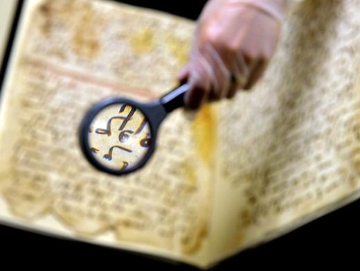 Một bản thảo kinh Koran trong tay của Marie Sviergula, một chuyên gia bảo quản làm việc tại Đại học Birmingham, Anh. Qua phương pháp phân tích carbon phóng xạ, các nhà khoa học đã xác định được niên đại của bản thảo này nằm trong khoảng 568 đến 645 sau Công Nguyên, gần với lúc sinh thời của nhà tiên tri Mohammed.Điều này khiến cho cuốn kinh Koran nói trên trở thành văn bản kinh Koran cổ nhất thế giới.