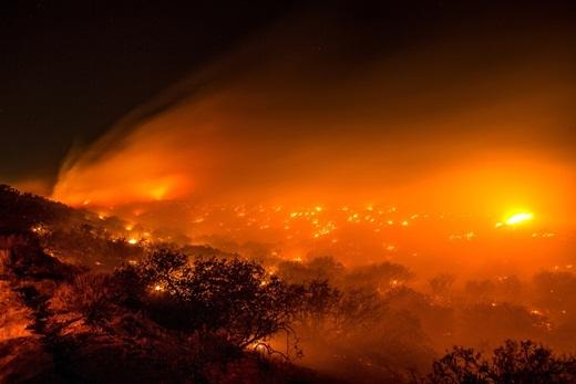 Đám cháy rừng ở Baldy Mesa Road gần Interstate 15, San Bernardino County, California vẫn cháy âm ỉ. Ngọn lửa đã thiêu rụi 3 căn nhà và 44 chiếc xe của cư dân vùng Baldy Mesa, sau đó leo lên đường cao tốc và thiêu rụi 20 chiếc xe khiến mọi người bỏ chạy tán loạn.