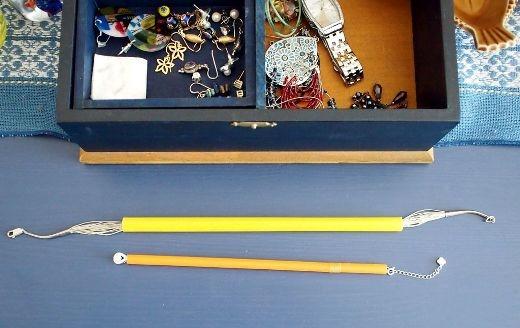 Để tránh việc những sợi dây chuyền bị rối, bạn có thể luồn sợi dây chuyền qua ống hút để luôn giữ chúng trong tình trạng thẳng thớm.