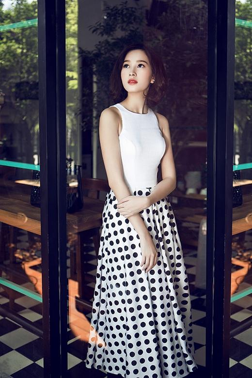 Sắc trắng tinh khôi của phần thân áo được kết hợp hài hòa cùng chân váy chấm bi với những đường gấp nếp tinh tế, khéo léo.