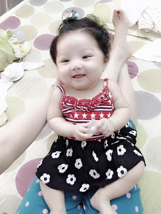 Loạn tim với nhóc tì 8 tháng tuổi yêu-không-chịu-được