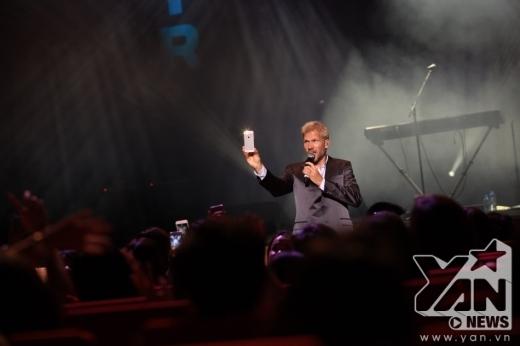 Jascha dùng điện thoại quay lại khoảnh khắc với các fan tại Việt Nam.