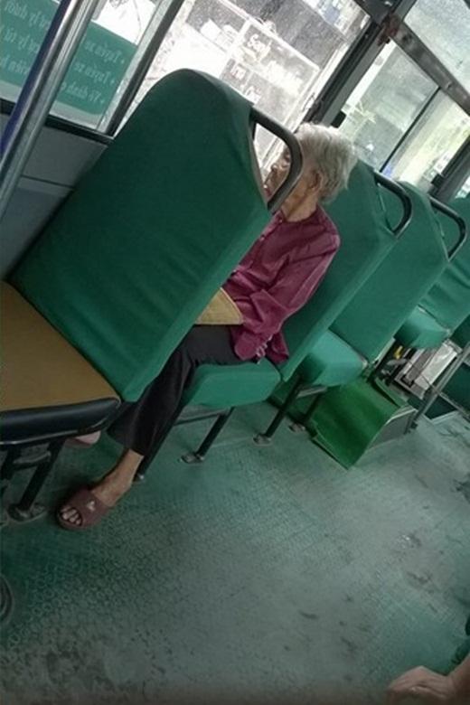 Xót xa câu chuyện cụ bà ngồi hàng giờ trên xe buýt tìm cháu