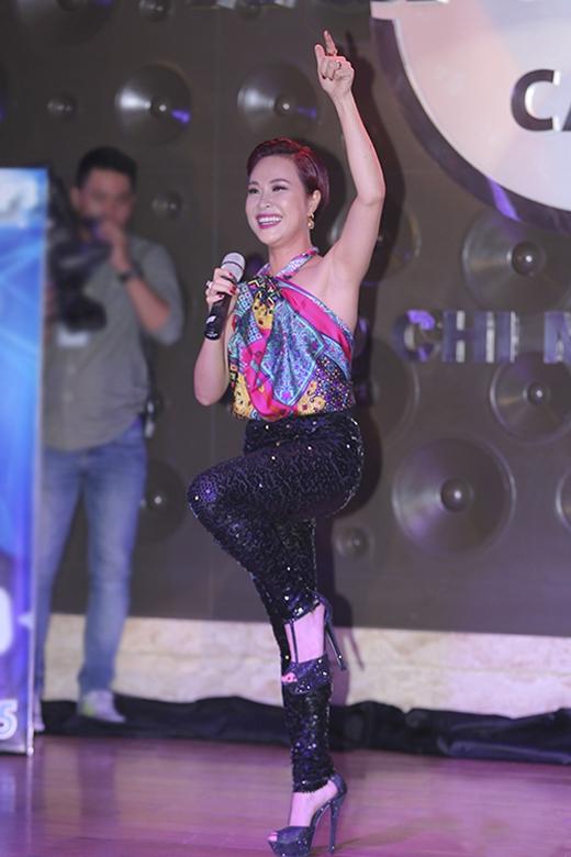 Uyên Linh bắt kịp mốt quấn khăn làm áo đang được nhiều sao Việt lăng xê. Tuy nhiên, chiếc áo đầy màu sắc kết hợp cùng quần ôm sát chất liệu ánh kim vảy cá tạo nên một tổng thể vô cùng lỗi mốt cho quán quân Vietnam Idol 2010. Song song đó, bộ trang phục còn khiến thân hình của Uyên Linh trở nên tròn trĩnh hơn bình thường.