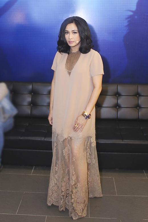 Bộ váy suông dài tông màu pastel khá sang trọng của Thanh Lam sẽ trở nên tuyệt vời hơn nếu không có phần tùng ren khá vô lí bên dưới.