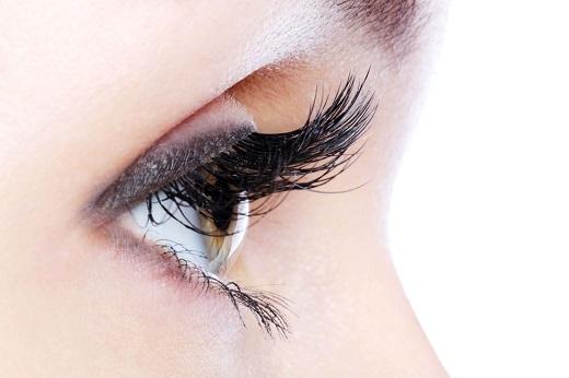 Hàng lông mi dày sẽ giúp bạn trở nên quyến rũ và ấn tượng hơn.