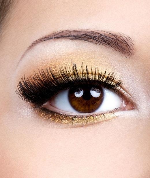 Hãy sử dụng phấn dạng nhũ để mắt trở nên tươi sáng.