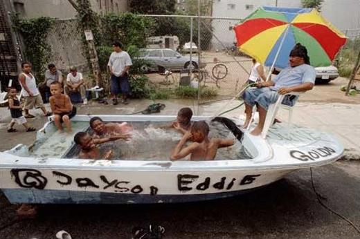 """Bể bơi tái chế này có cả """"lực lượng cứu hộ"""" đấy nhé."""
