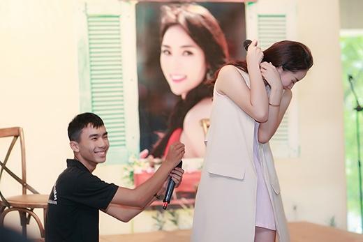 Khoảnh khắc thú vị giữa Hoa hậu Việt Nam 2014 và một fan nam. - Tin sao Viet - Tin tuc sao Viet - Scandal sao Viet - Tin tuc cua Sao - Tin cua Sao