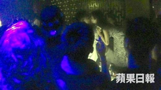 Ngô Thiên Ngữ mặt bí xị dự đám cưới em họ Lâm Phong