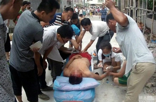 Cả người đàn ông và viên sĩ quan cảnh sát đều được nhanh chóng đưa vào bệnh viện.