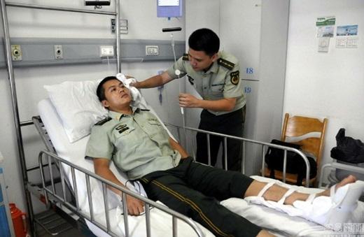 Tuy không nguy hiểm đến tính mạng, nhưng trên mặt anh Liang Xao có vài vết bầm và bị gãy chân trái.