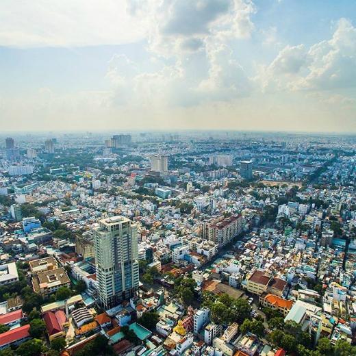 Một Sài Gòn tuy chật kín và đông đúc nhưng vẫn rất đẹp như thế này. Các ngôi nhà rực rỡ sắc màu san sát nhau, xen kẽ vào đó là những tòa cao tầng, hàng cây xanh chạy dọc các con đường tạo nên vẻ đẹp khó cưỡng cho mảnh đất Sài thành. (Ảnh: IG kaganagi)