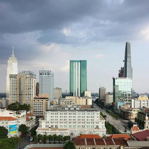 Sài Gòn sở hữu nhiều tòa nhà cao tầng, dù chưa đến mức chọc trời nhưng vẫn đủ làm bạn choáng ngợp bởi sự sầm uất ở nơi đây. (Ảnh: IG kaganagi)