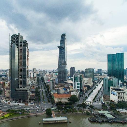 Một góc ảnh cực lạ mắt của Sài Gòn được chụp từ phía bến Bạch Đằng. Một hình ảnh đẹp của hai con đường lớn Hàm Nghi (bên trái) và Quảng trường Nguyễn Huệ (bên phải). (Ảnh: IG kaganagi)