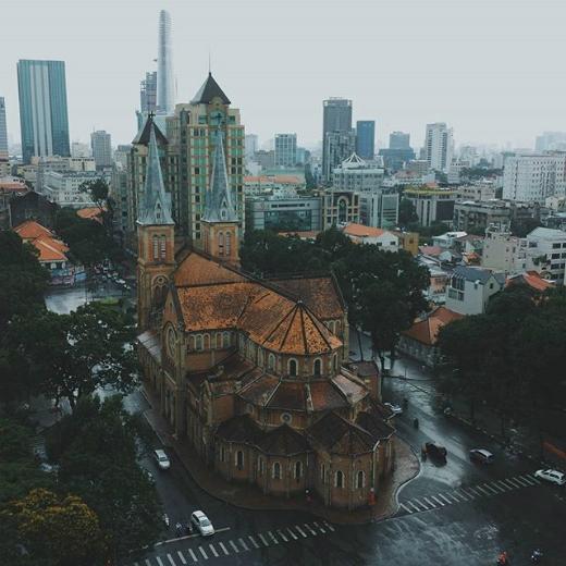 Chợ Bến Thành- biểu tượng nổi tiếng của Sài Gòn qua bao đời nay. (Ảnh: IG kaganagi) Nhà thờ Đức Bà từ trên cao mang vẻ đẹp cổ kính giữa lòng thành phố hiện đại. (Ảnh: IG kaganagi)