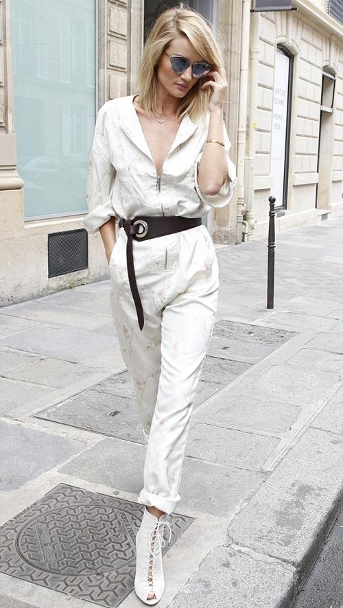 Chân dài Rosie Huntington-Whiteley đi theo trào lưu cổ điển với cách kết hợp jumpsuit thoải mái của Dior cùng giày cao gót buộc dây và kính mắt mèo.