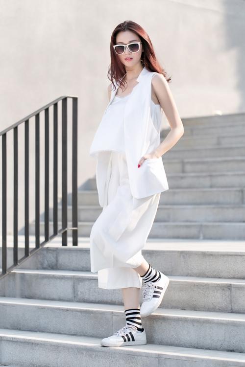 Chân dài Khánh My sành điệu với bộ cánh white-on-white đáng học hỏi. Cô nàng thật thông minh khi kết hợp cùng giày sneaker khỏe khoắn.
