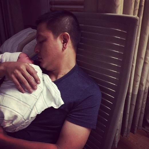 Ông xã Kim Hiền rất vui mừng khi được lên chức bố. Anh đỡ đần vợ việc nhà sau khi cô sinh con. - Tin sao Viet - Tin tuc sao Viet - Scandal sao Viet - Tin tuc cua Sao - Tin cua Sao
