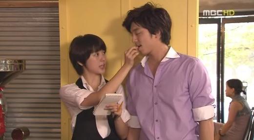 Cô nàng tomboy Yoon Eun Hye và ông chủ tiệm cafe Gong Yoo đã giúp khán giả có thật nhiều giây phút thư giãn sau những giờ làm việc căng thẳng với bộ phim Coffee Prince Shop No.1 (2007). Sau bộ phim này, Yoon Eun Hye chính thức được khán giả dành cho nhiều lời khen về khả năng diễn xuất.