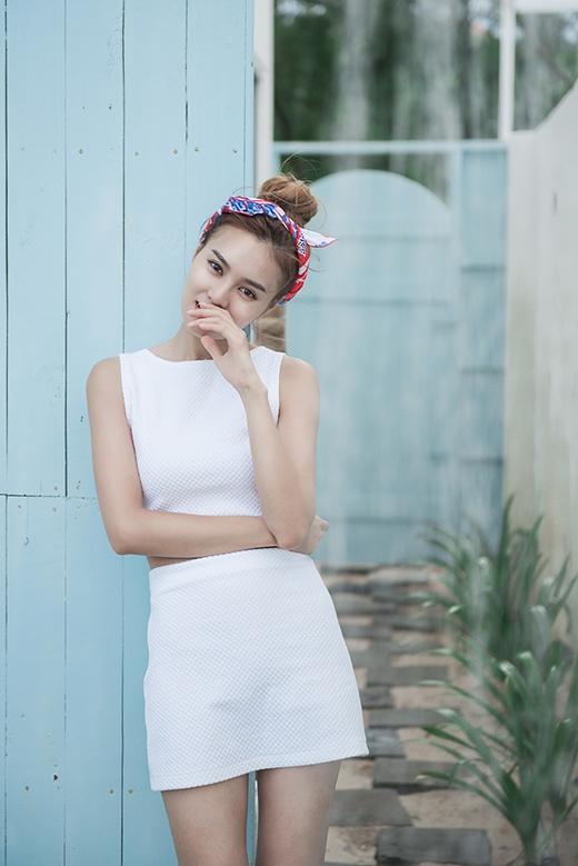 Cả cây trắng tinh khôi kết hợp giữa áo crop-top ôm sát cùng chân váy midi năng động.