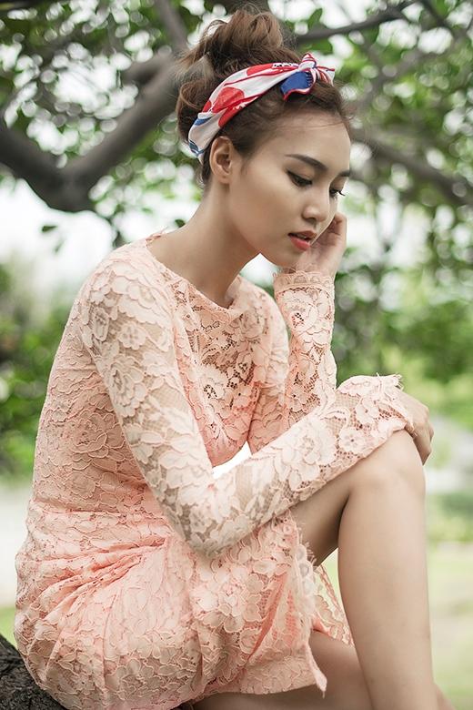 Tông cam pastel cùng kiểu váy cock-tail mang đến nét cổ điển, thanh lịch nhưng lại hòa hợp bởi sự gợi cảm đến từ chất liệu ren mỏng.