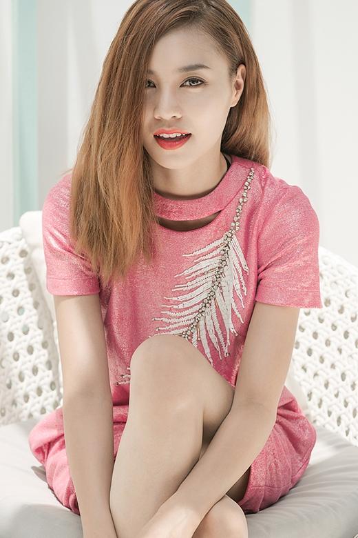 Chiếc váy phom rộng được làm mới bởi sắc hồng ánh kim cùng họa tiết đính kết tỉ mỉ.