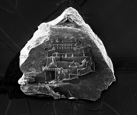 """Nghệ sĩ Vik Muniz đã sử dụng một dụng cụ quang học từ thế kỉ 19 có tên gọi """"máy ảnh lucida"""" để tỉ mẩn tạo nên lâu đài cát tí hon này."""