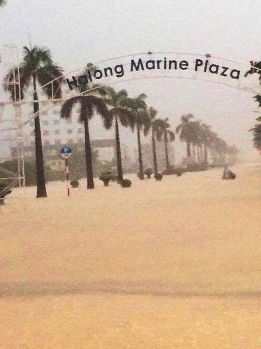Nhiều nơi tại Quảng Ninh chìm trong biển nước do trận mưa chiều ngày 26/7.